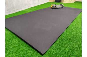 Sportif en train de faire des pompes sur tapis de sol - LEVEL addict