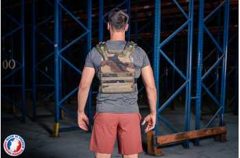 Homme portant gilet lesté camouflage de 3/4 - LEVEL addict