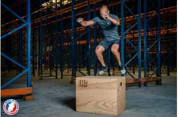 Homme en mouvement de jump sur Box Jump 3 en 1 - LEVEL addict