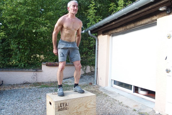 Homme en mouvement de Box jump sur Plyo Box LEVEL addict